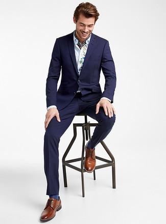 Come indossare e abbinare un abito blu scuro: Sfrutta al meglio la raffinatezza e l'eleganza con un abito blu scuro e una camicia elegante ricamata bianca. Rifinisci questo look con un paio di scarpe derby in pelle marroni.