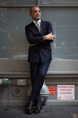 Come indossare e abbinare una cravatta beige: Abbina un abito a righe verticali blu scuro con una cravatta beige per un look elegante e alla moda. Se non vuoi essere troppo formale, scegli un paio di scarpe derby in pelle marrone scuro.