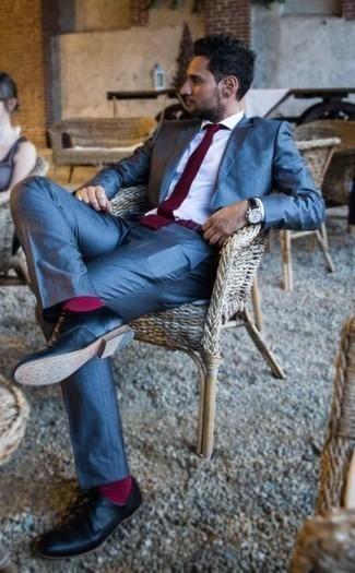 Come indossare e abbinare calzini fucsia: Per creare un adatto a un pranzo con gli amici nel weekend mostra il tuo stile in un abito blu con calzini fucsia. Scarpe derby in pelle nere impreziosiranno all'istante anche il look più trasandato.