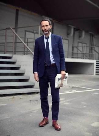 Come indossare e abbinare calzini fucsia: Potresti combinare un abito blu scuro con calzini fucsia per un fantastico look da sfoggiare nel weekend. Mettiti un paio di scarpe derby in pelle terracotta per un tocco virile.