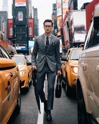 Come indossare e abbinare una cravatta nera: Potresti combinare un abito grigio con una cravatta nera per un look elegante e di classe. Perché non aggiungere un paio di scarpe derby in pelle nere per un tocco più rilassato?