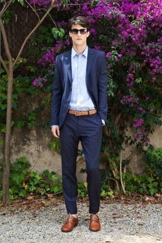 Come indossare e abbinare un abito blu scuro: Coniuga un abito blu scuro con una camicia elegante azzurra per un look elegante e alla moda. Se non vuoi essere troppo formale, scegli un paio di scarpe derby in pelle marroni.