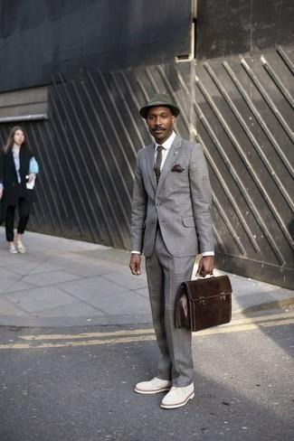 Trend da uomo 2020: Scegli un abito scozzese grigio e una camicia elegante bianca per una silhouette classica e raffinata Scarpe derby in pelle scamosciata bianche sono una validissima scelta per completare il look.
