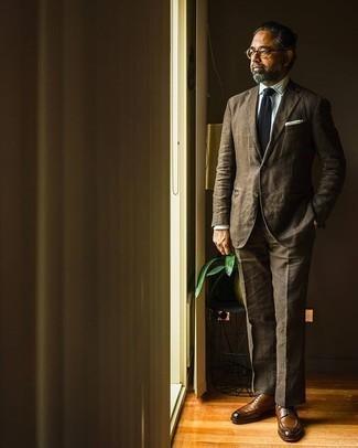 Come indossare e abbinare una cravatta nera: Mostra il tuo stile in un abito marrone con una cravatta nera per un look elegante e di classe. Indossa un paio di scarpe derby in pelle marroni per avere un aspetto più rilassato.