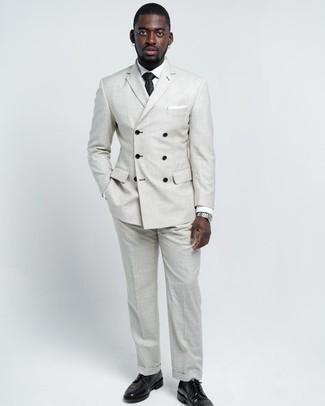 Come indossare e abbinare una camicia elegante bianca: Prova a combinare una camicia elegante bianca con un abito grigio per un look elegante e di classe. Opta per un paio di scarpe derby in pelle nere per un tocco più rilassato.