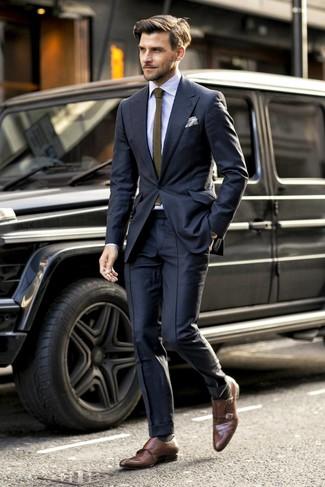 Come indossare e abbinare: abito nero, camicia elegante a righe verticali azzurra, scarpe double monk in pelle marroni, cravatta lavorata a maglia verde oliva