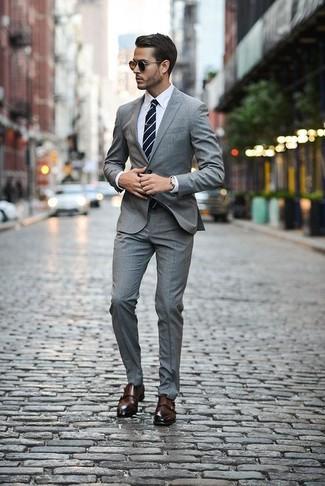 Come indossare e abbinare: abito scozzese grigio, camicia elegante bianca, scarpe double monk in pelle marrone scuro, cravatta a righe orizzontali blu scuro e bianca