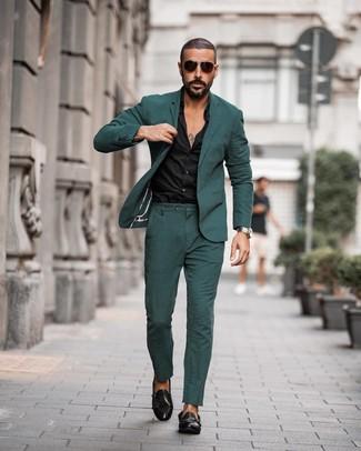 Come indossare e abbinare: abito verde scuro, camicia elegante nera, scarpe double monk in pelle nere, occhiali da sole marrone scuro