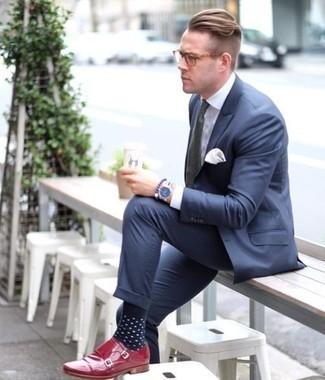 Come indossare e abbinare calzini a pois blu scuro e bianchi: Punta su un abito blu scuro e calzini a pois blu scuro e bianchi per un look spensierato e alla moda. Perché non aggiungere un paio di scarpe double monk in pelle rosse per un tocco di stile in più?
