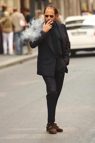 Come indossare e abbinare una cravatta nera: Vestiti con un abito nero e una cravatta nera come un vero gentiluomo. Per distinguerti dagli altri, prova con un paio di scarpe double monk in pelle scamosciata marroni.