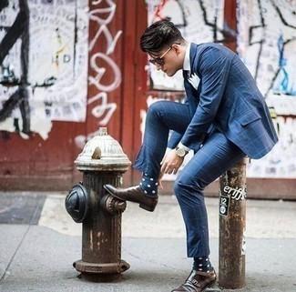 Come indossare e abbinare calzini a pois blu scuro e bianchi: Prova a combinare un abito a quadri blu con calzini a pois blu scuro e bianchi per un look spensierato e alla moda. Scegli uno stile classico per le calzature e scegli un paio di scarpe double monk in pelle marrone scuro come calzature.