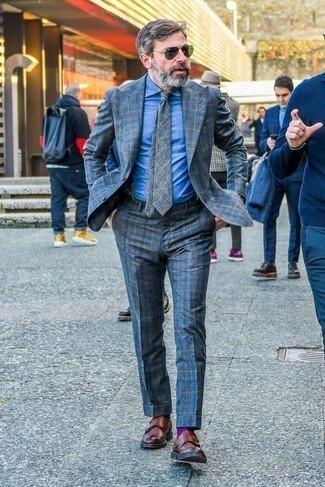 Come indossare e abbinare bretelle blu scuro: Per creare un adatto a un pranzo con gli amici nel weekend potresti combinare un abito scozzese blu con bretelle blu scuro. Rifinisci il completo con un paio di scarpe double monk in pelle marroni.