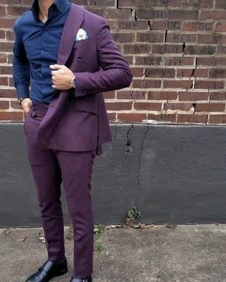 Look alla moda per uomo: Abito viola, Camicia elegante blu scuro, Scarpe double monk in pelle nere, Fazzoletto da taschino stampato azzurro
