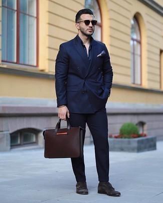Come indossare e abbinare calzini marrone scuro: Prova ad abbinare un abito blu scuro con calzini marrone scuro per un look semplice, da indossare ogni giorno. Prova con un paio di scarpe double monk in pelle scamosciata marrone scuro per un tocco virile.