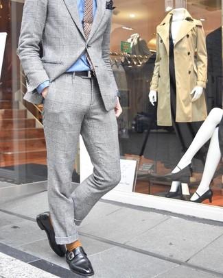 Come indossare e abbinare un fazzoletto da taschino stampato marrone scuro: Indossa un abito scozzese grigio con un fazzoletto da taschino stampato marrone scuro per un outfit comodo ma studiato con cura. Opta per un paio di scarpe monk in pelle nere per un tocco virile.