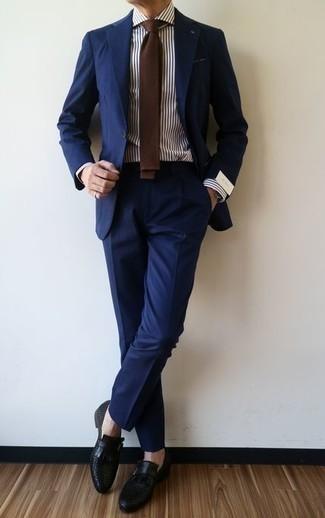 Come indossare e abbinare scarpe monk in pelle nere: Coniuga un abito blu scuro con una camicia elegante a righe verticali bianca e blu scuro per un look elegante e di classe. Scarpe monk in pelle nere sono una interessante scelta per completare il look.