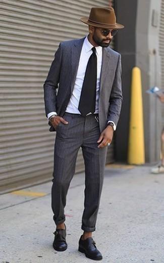 Come indossare e abbinare scarpe monk in pelle nere: Scegli un abito a righe verticali grigio scuro e una camicia elegante bianca come un vero gentiluomo. Completa questo look con un paio di scarpe monk in pelle nere.