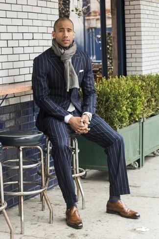 Come indossare e abbinare un fazzoletto da taschino bianco: Metti un abito a righe verticali blu scuro e un fazzoletto da taschino bianco per vestirti casual. Scegli un paio di scarpe monk in pelle marrone chiaro come calzature per un tocco virile.