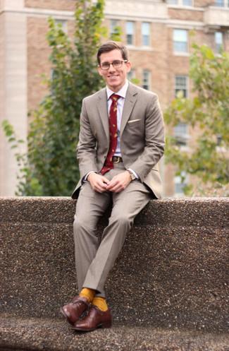 Come indossare e abbinare: abito grigio, camicia elegante bianca, scarpe oxford in pelle marroni, cravatta stampata rossa