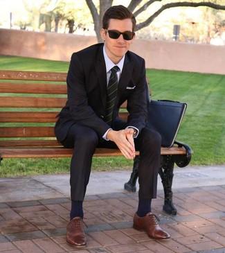 Come indossare e abbinare: abito nero, camicia elegante viola chiaro, scarpe oxford in pelle marroni, pochette in pelle nera