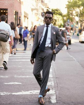 Come indossare e abbinare un abito grigio con scarpe oxford