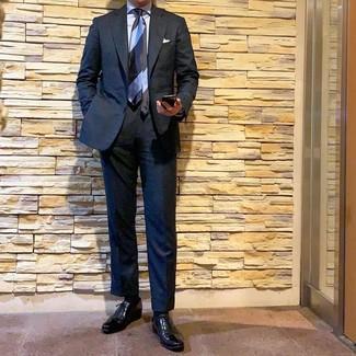 Come indossare e abbinare: abito nero, camicia elegante azzurra, scarpe oxford in pelle nere, cravatta a righe orizzontali azzurra
