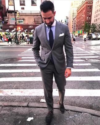Come indossare e abbinare: abito grigio, camicia elegante a righe verticali viola chiaro, scarpe oxford in pelle scamosciata grigio scuro, cravatta lavorata a maglia viola