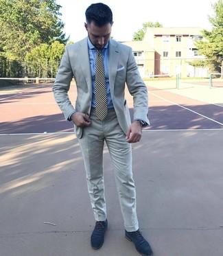 Come indossare e abbinare: abito grigio, camicia elegante azzurra, scarpe oxford in pelle scamosciata blu scuro, cravatta stampata nera e bianca