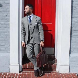 Come indossare e abbinare: abito di lana grigio, camicia elegante azzurra, scarpe oxford in pelle scamosciata marrone scuro, ventiquattrore in pelle marrone
