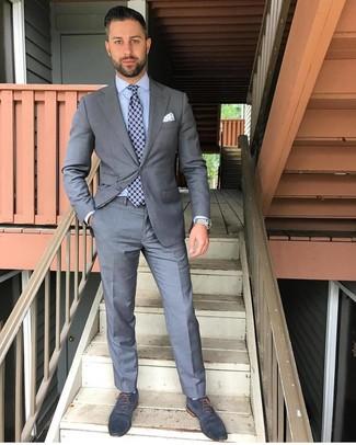 Come indossare e abbinare: abito grigio, camicia elegante azzurra, scarpe oxford in pelle blu scuro, cravatta stampata blu scuro
