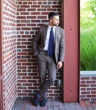 Come indossare e abbinare: abito scozzese marrone, camicia elegante bianca, scarpe oxford in pelle blu scuro, cravatta a pois blu scuro e bianca