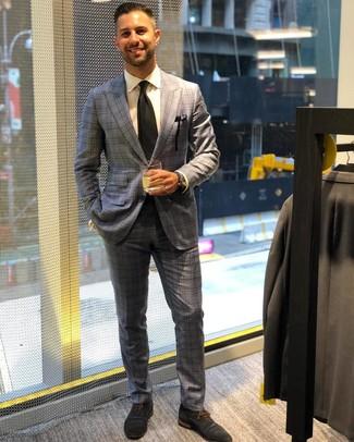 Come indossare e abbinare: abito scozzese grigio, camicia elegante bianca, scarpe oxford in pelle scamosciata blu scuro, cravatta nera