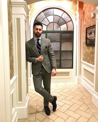 Come indossare e abbinare: abito di lana grigio, camicia elegante azzurra, scarpe oxford in pelle scamosciata blu scuro, cravatta a righe verticali blu scuro