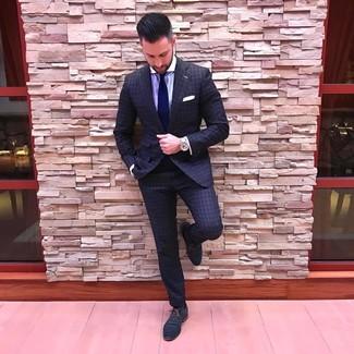 Come indossare e abbinare: abito a quadri grigio scuro, camicia elegante a righe verticali viola chiaro, scarpe oxford in pelle blu scuro, cravatta blu scuro