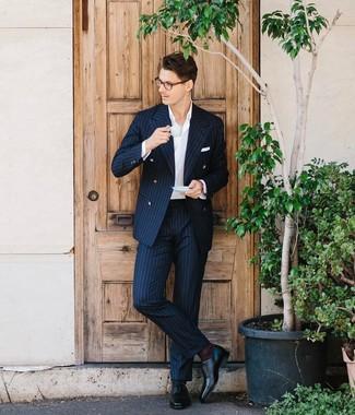 Come indossare e abbinare: abito a righe verticali blu scuro, camicia elegante bianca, scarpe oxford in pelle nere, fazzoletto da taschino bianco