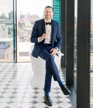 Come indossare e abbinare: abito blu scuro, camicia elegante bianca, scarpe oxford in pelle nere, papillon nero