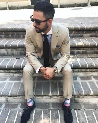 Come indossare e abbinare: abito beige, camicia elegante a righe verticali blu, scarpe oxford in pelle scamosciata blu scuro, cravatta nera