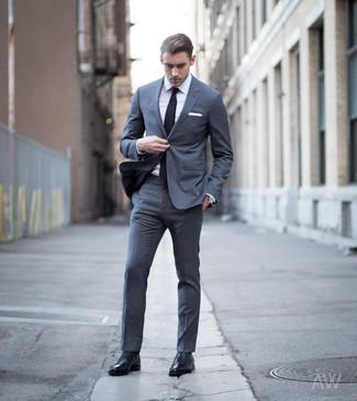 Come indossare e abbinare: abito grigio scuro, camicia elegante bianca, scarpe oxford in pelle nere, cravatta nera