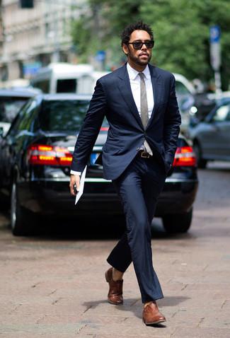 Trend da uomo in estate 2020: Potresti abbinare un abito blu scuro con una camicia elegante bianca per essere sofisticato e di classe. Scarpe oxford in pelle marroni sono una gradevolissima scelta per completare il look. Conquesto lookestivo non puoi sbagliare.