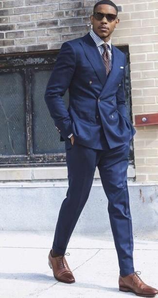 Come indossare e abbinare una cravatta a righe orizzontali marrone: Opta per un abito blu scuro e una cravatta a righe orizzontali marrone per un look elegante e alla moda. Aggiungi un tocco fantasioso indossando un paio di scarpe oxford in pelle marroni.