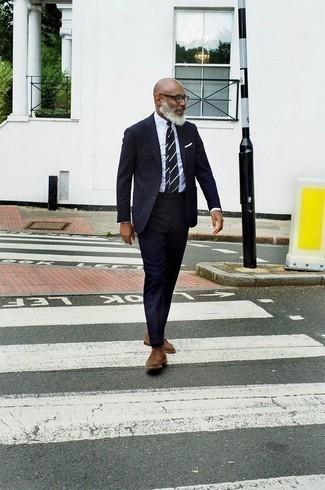 Come indossare e abbinare una cravatta a righe orizzontali blu scuro e bianca: Punta su un abito blu scuro e una cravatta a righe orizzontali blu scuro e bianca per essere sofisticato e di classe. Scegli uno stile casual per le calzature con un paio di scarpe oxford in pelle scamosciata marroni.