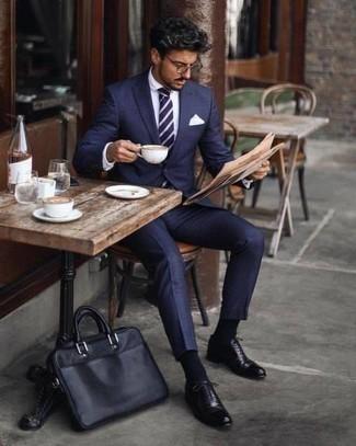 Come indossare e abbinare una cravatta a righe orizzontali blu scuro e bianca: Combina un abito blu scuro con una cravatta a righe orizzontali blu scuro e bianca per un look elegante e alla moda. Per distinguerti dagli altri, mettiti un paio di scarpe oxford in pelle nere.
