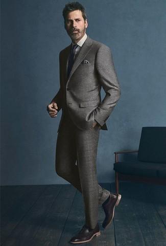 Moda uomo anni 40: Metti un abito grigio e una camicia elegante bianca per un look elegante e di classe. Rifinisci questo look con un paio di scarpe oxford in pelle marrone scuro.