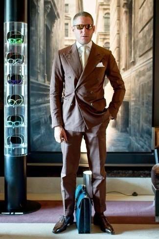 Come indossare e abbinare una cravatta beige: Metti un abito marrone e una cravatta beige per una silhouette classica e raffinata Calza un paio di scarpe oxford in pelle marrone scuro per avere un aspetto più rilassato.