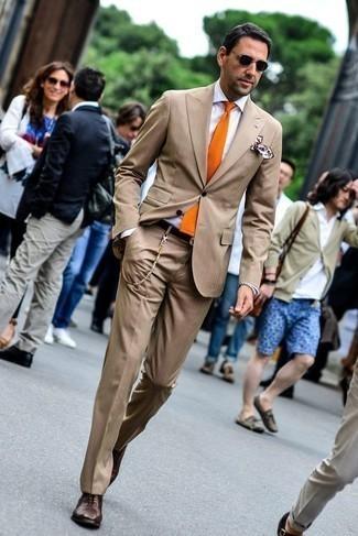 Come indossare e abbinare una cravatta arancione: Scegli un outfit composto da un abito marrone chiaro e una cravatta arancione per una silhouette classica e raffinata Scarpe oxford in pelle marrone scuro daranno una nuova dimensione a un look altrimenti classico.