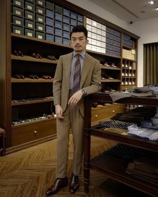Come indossare e abbinare una cravatta a righe orizzontali marrone: Combina un abito marrone chiaro con una cravatta a righe orizzontali marrone per una silhouette classica e raffinata Per un look più rilassato, calza un paio di scarpe oxford in pelle marrone scuro.