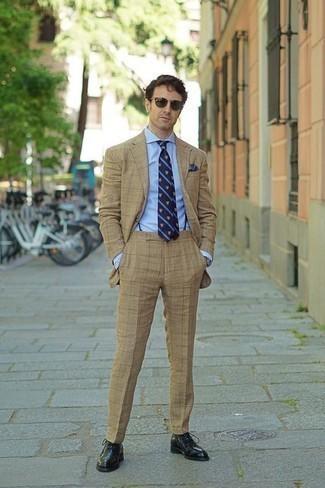 Come indossare e abbinare bretelle blu scuro: Potresti abbinare un abito marrone chiaro con bretelle blu scuro per un look raffinato per il tempo libero. Un paio di scarpe oxford in pelle nere darà un tocco di forza e virilità a ogni completo.