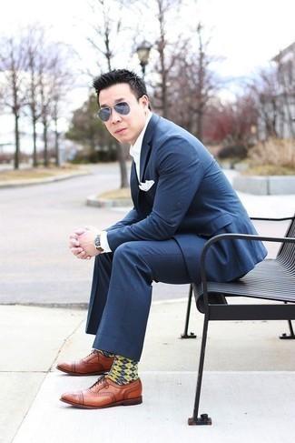 Come indossare e abbinare un orologio in pelle marrone: Potresti combinare un abito a quadri blu scuro con un orologio in pelle marrone per un look trendy e alla mano. Indossa un paio di scarpe oxford in pelle terracotta per dare un tocco classico al completo.