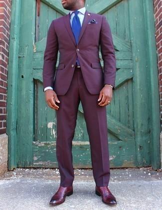 Come indossare e abbinare un abito viola: Potresti indossare un abito viola e una camicia elegante bianca per essere sofisticato e di classe. Scarpe oxford in pelle bordeaux sono una gradevolissima scelta per completare il look.