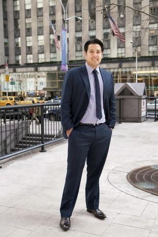 Come indossare e abbinare una cravatta a righe orizzontali blu scuro: Abbina un abito blu scuro con una cravatta a righe orizzontali blu scuro per un look elegante e di classe. Se non vuoi essere troppo formale, mettiti un paio di scarpe oxford in pelle marrone scuro.